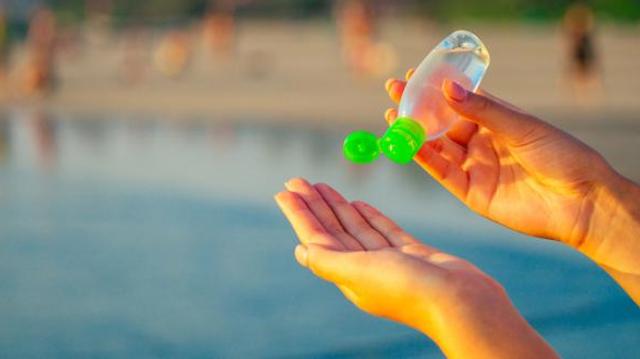 Gel hydroalcoolique : quelles précautions au soleil et à la plage ?