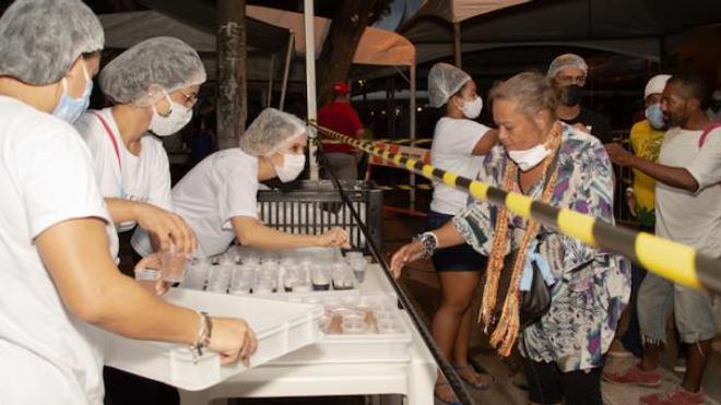Image d'illustration. Des volontaires distribuent des repas à des sans-abris à Recife, au Brésil, le 29 mai 2020 pendant le confinement imposé par l'épidémie de coronavirus.