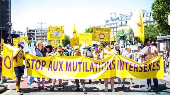 Le Collectif Intersexes et Allié.e.s lors d'une manifestation réclamant l'interdiction des mutilations
