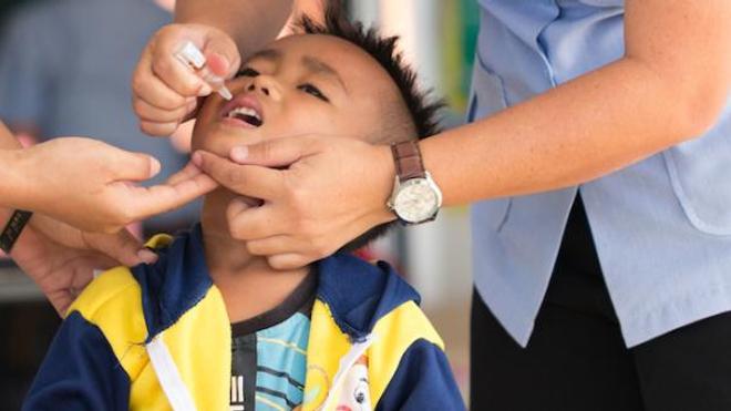 Image d'illustration. Un enfant reçoit une dose de vaccin oral contre la poliomyélite en Thaïlande.