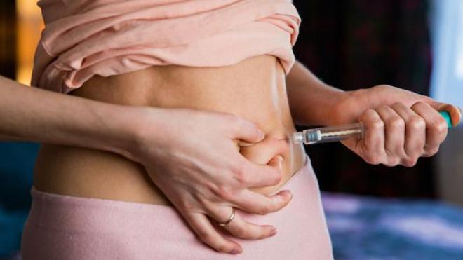 Image d'illustration. Une femme pratique une injection d'hormones dans le cadre d'un traitement de procréation médicalement assistée.