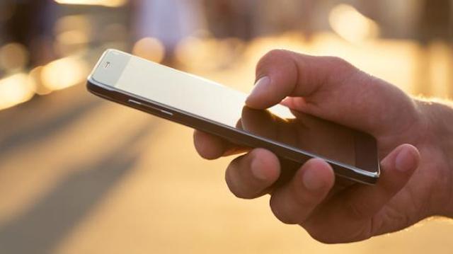 """Qu'est ce que le """"smartphone pinky"""" ou la bosse du smartphone ?"""