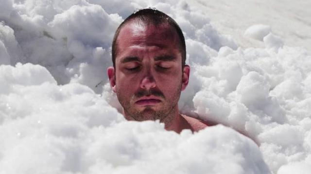 Contre les cancers pédiatriques, il bat le record du monde d'immersion dans la glace