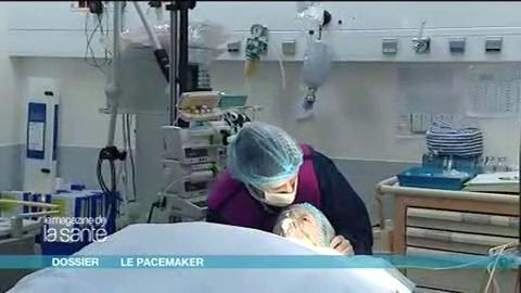 Reportage au bloc opératoire, sur la pose d'un pacemaker. Attention, images de chirurgie !