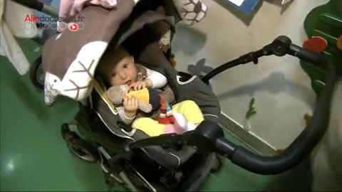 Océane, 7 mois, est atteinte de toxoplasmose congénitale. Katia, sa maman, a été infectée par le parasite en fin de grossesse.