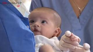 Attention images de chirurgie ! La fente labio-palatine est aussi appelée bec de lièvre.