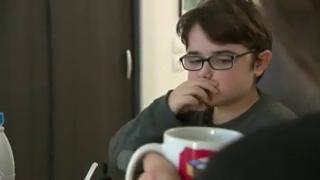 À 10 ans, Hippolyte alternait la marche et le fauteuil manuel. Désormais, il utilise un fauteuil électrique.
