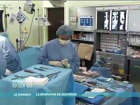 Reportage au bloc opératoire pour comprendre comment la colonne vertébrale est redressée (attention, images de chirurgie orthopédique)