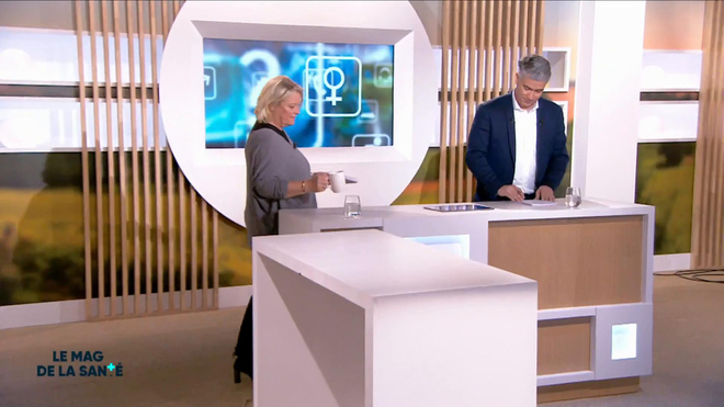 Marina Carrère d'Encausse et Régis Boxelé expliquent le mécanisme de distraction osseuse par régénération.