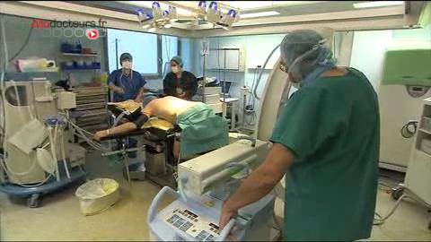 Attention, images d'intervention chirurgicale : le chirurgien libère les nerfs comprimés afin de soulager les douleurs.