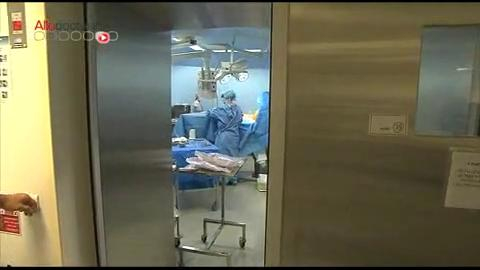 Parfois ces reconstructions se font en plusieurs étapes. Attention, images de chirurgie !