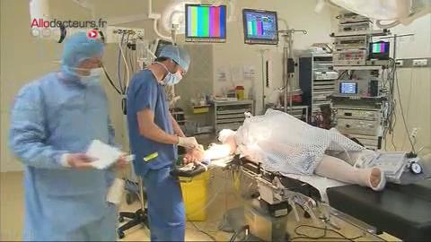 Attention, images d'intervention chirurgicale : le chirurgien retire la tumeur située entre l'œsophage et l'estomac.