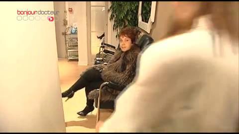 Nadia souffre de cors aux pieds... Elle est prise en charge par un podologue.