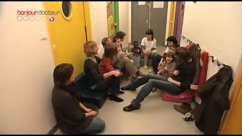 En hôpital de jour, les enfants autistes sont pris en charge quelques demi-journées par semaine, par des infirmiers et des éducateurs spécialisés.