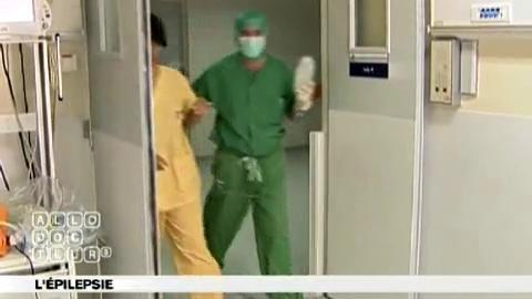La radiochirurgie (Gamma Knife) permet de détruire la région responsable de l'épilepsie, sans ouvrir le crâne.