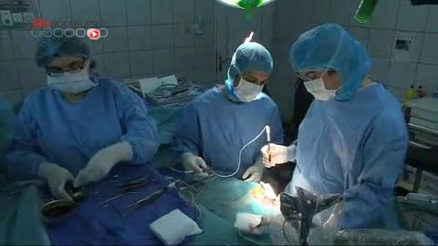 Attention, images d'intervention chirurgicale : le neurochirurgien opère le cerveau à l'aide d'un microscope - Reportage du 2 octobre 2012.