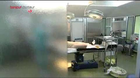Attention, images d'intervention chirurgicale : le chirurgien reconstruit le mamelon, puis l'aréole.