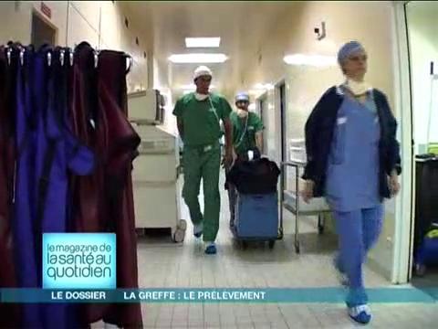 Attention, images d'intervention chirurgicale : huit chirurgiens prélèvent tour à tour un organe différent.
