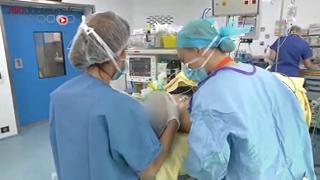 Attention, images de chirurgie : les oreilles décollées peuvent être à l'origine d'un complexe qui justifie une opération.
