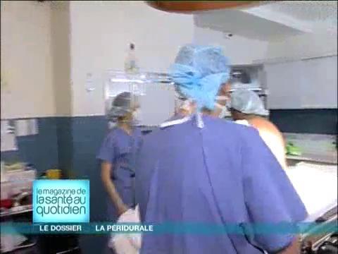 Le médecin injecte le liquide anesthésiant dans l'espace péridural.