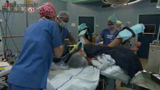Attention, images d'intervention chirurgicale : la conisation consiste à retirer une partie du col de l'utérus par le vagin.