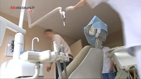 Après un examen complet chez un chirurgien-dentiste, la cause de l'halitose est déterminée.