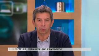 Marina Carrère d'Encausse et Michel Cymes expliquent l'ostéoporose.