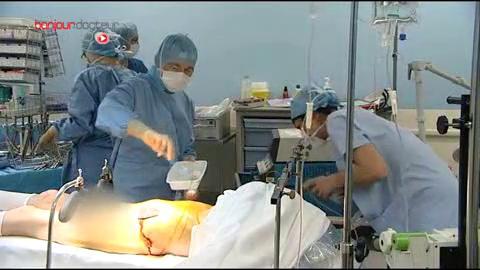 Attention, images d'intervention chirurgicale : l'opération consiste à libérer l'intestin.