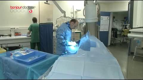 Attention, images d'intervention chirurgicale : une fois placé, le stent maintient le calibre de l'artère.