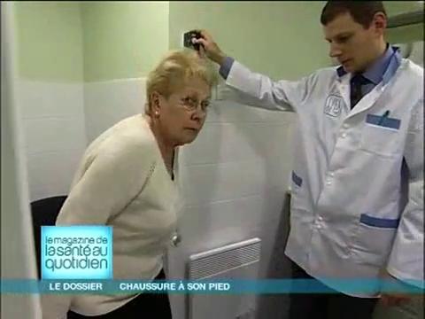 Le podo-orthésiste fabrique un moule du pied du patient.