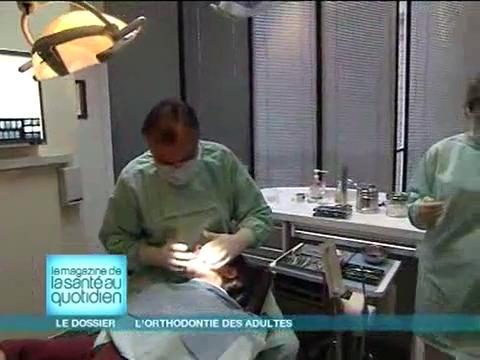 Attention, images d'intervention chirurgicale : en cas de parodontite, il faut assainir la partie sous la gencive avant de commencer l'orthodontie.