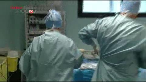 Attention, images d'intervention chirurgicale : le foie du donneur est conservé soigneusement au froid grâce à des produits qui favorisent la préservation des organes.