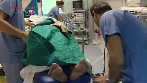 Le gastro-entérologue réalise différents prélèvements de l'intestin.