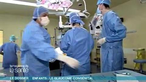 Attention, images d'intervention chirurgicale : l'humeur aqueuse s'évacue par une toute petite trappe créée par le chirurgien.