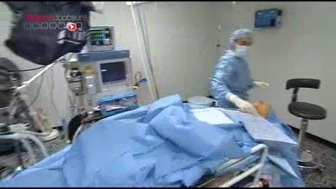 Attention, images d'intervention chirurgicale : le chirurgien vérifie la bonne longueur du muscle de la paupière en demandant au patient d'ouvrir et de fermer les yeux.