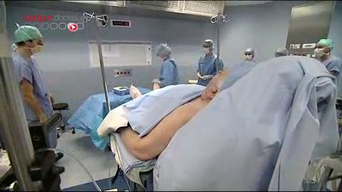 Attention, images d'intervention chirurgicale : c'est grâce à l'électrode que le traitement est efficace.