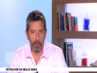 Benoît Thevenet et Michel Cymes expliquent l'anatomie du sein.