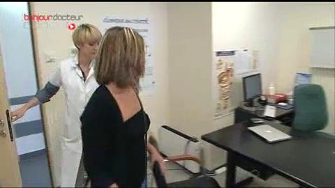 L'essayage des implants aide la patiente à faire son choix.