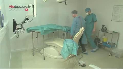 Attention, images d'intervention chirurgicale : la gencive est d'abord soulevée pour bien débarrasser la racine des dents de toute trace de tartre