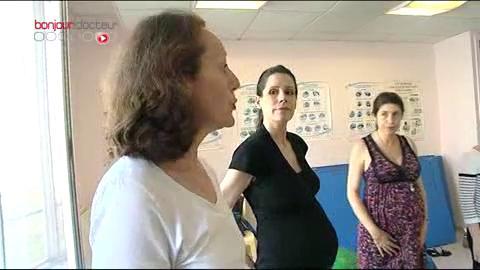 Explications lors d'une séance de chant prénatal à l'hôpital des Diaconesses.
