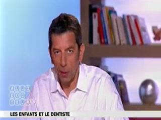 Michel Cymes et Benoît Thevenet expliquent le remplacement des dents de lait par les dents définitives.