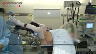 Attention, images de chirurgie : la bandelette est positionnée sous l'urètre.