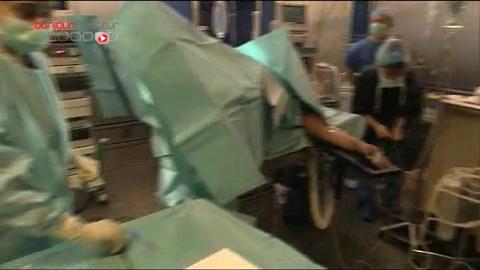 Attention : images de chirurgie même s'il n'y a qu'une micro-incision...