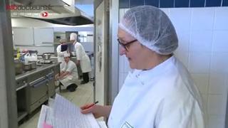Dans chacune des équipes, un chef cuisinier et un élève en lycée hôtelier doivent proposer des recettes pour améliorer l'alimentation des personnes âgées en collectivité.