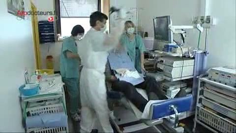 Le fibroscope est introduit par une narine à l'intérieur de la trachée et des bronches.