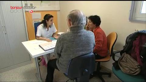 Une infirmière explique les différents effets secondaires du traitement contre le cancer.
