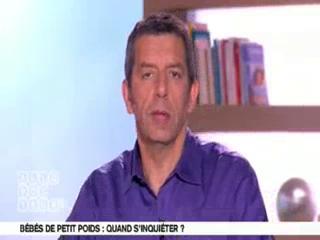 Michel Cymes et Benoît Thevenet expliquent les causes d'un petit poids de naissance.
