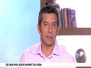 Benoît Thevenet et Michel Cymes expliquent le développement du sida.