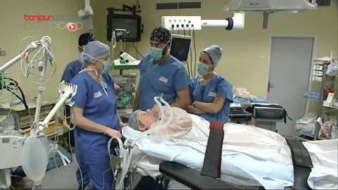 Attention, images d'intervention chirurgicale ! Le retrait de la tumeur se fait sous coelioscopie.