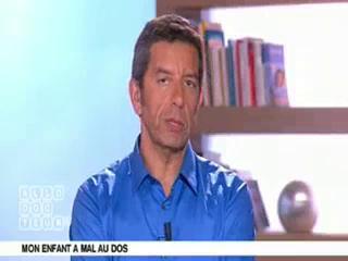 Marina Carrère d'Encausse et Michel Cymes expliquent le mal de dos chez l'enfant.